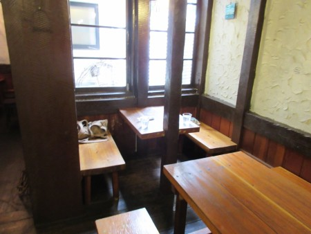 テーブルの窓際の席が落ち着く