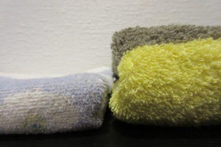 左が普通のタオル、右が今治タオル